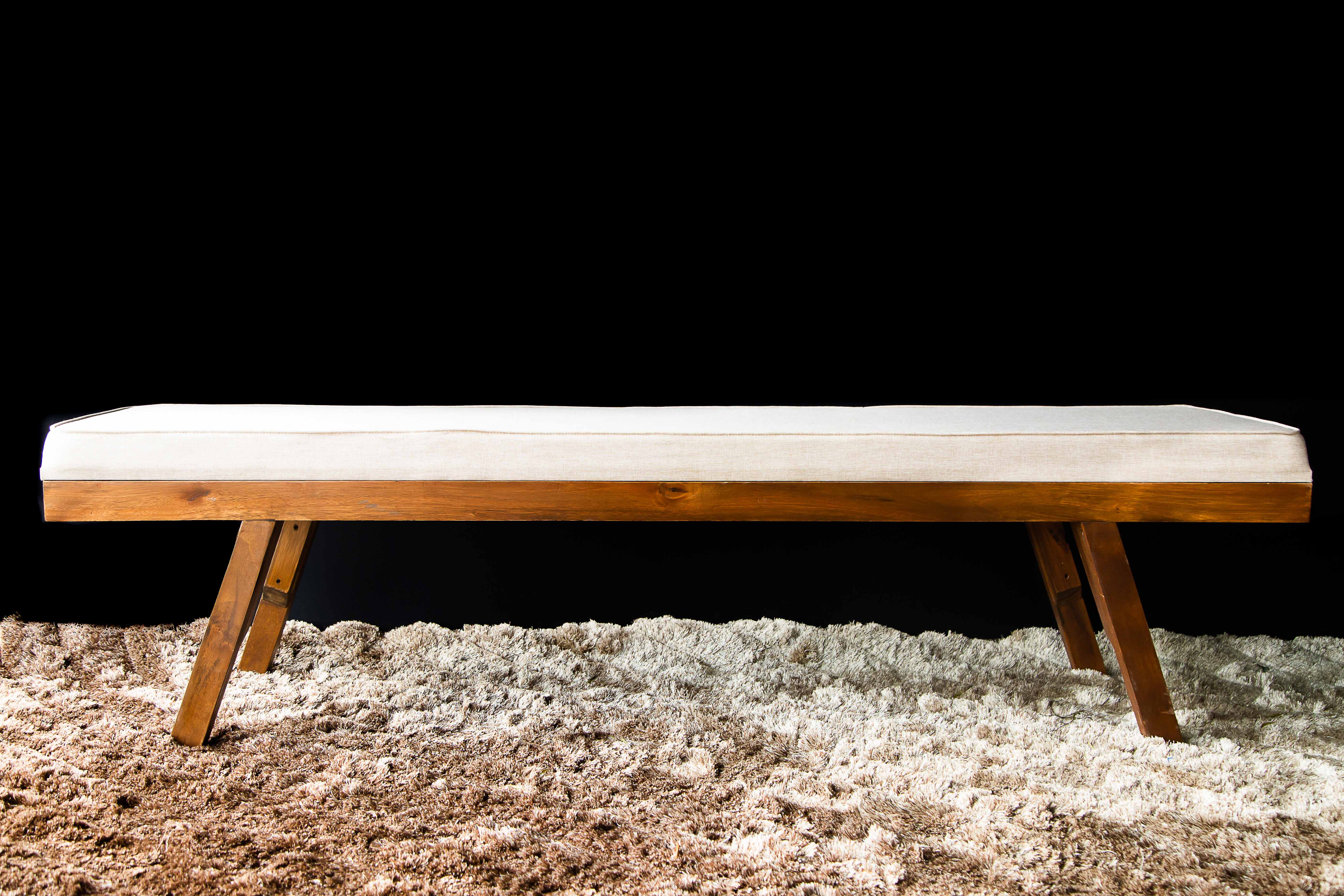 Banco de madeira com futon em linho